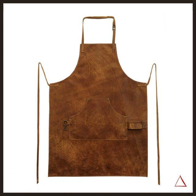 🛍 Grembiule mod. MESTOLONE VINTAGE in pelle naturale, morbida, invecchiata, spazzolata a mano. Lacci e collo in pelle. Cuciture artigianali con filo grosso. Per informazioni: 📞 +39 3283445545 📧 info@borderlinedelta.com ••••••••••••••••••••• 🛍 Apron mod. MESTOLONE VINTAGE in natural, soft, aged, hand-brushed leather. Leather laces and collar. Handcrafted stitching with thick thread. For information:  📞 +39 3283445545  📧 info@borderlinedelta.com  #grembiulipelle #horecadesign #madeinitaly🇮🇹 #fattoamanoinitalia #apronstyles #leatheraprons #grembiulipersonalizzati #customapron #loveaprons #brown #brownapron #bbq #grill #pub #vintageapron  #vintagestyle